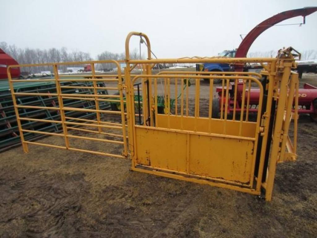 Foremost Cattle Head Gate And Chute