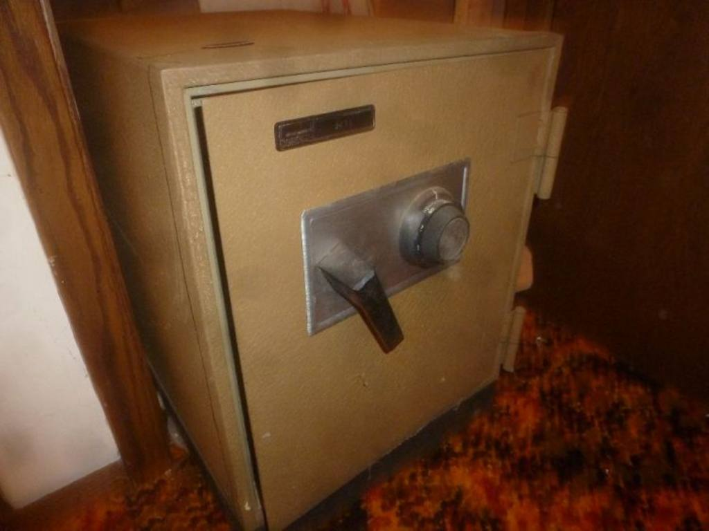 montgomery ward 9032 combination safe with combo and interior box key 16 5 39 39 x 23 39 39 x 22 39 39 h. Black Bedroom Furniture Sets. Home Design Ideas