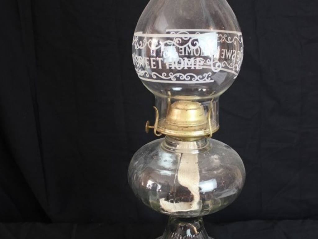 CLEAR GLASS KEROSENE LAMP WITH HOME SWEET HOME CHIMNEY